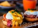 Рецепта Яйца Бенедикт - Забулени поширани яйца със сос Холандез, шунка или бекон